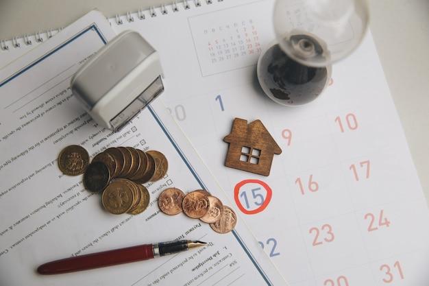 Бухгалтер проверяет и проверяет дату платежа по расходам и поставщику финансового бизнеса
