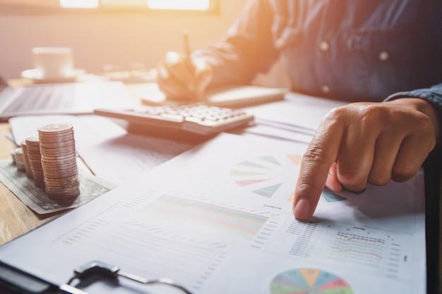회계 및 돈을 확인하는 사무실에서 일하는 회계사