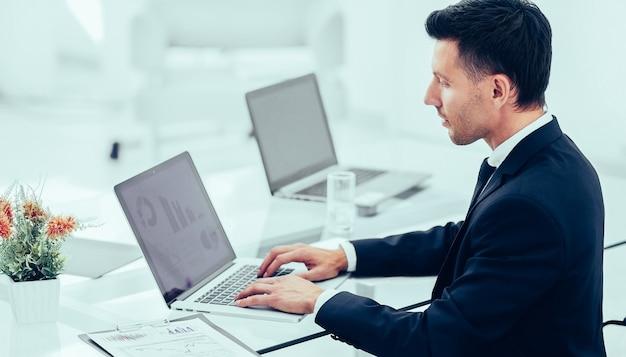 회계사는 사무실의 직장에서 재무 문서를 사용합니다.