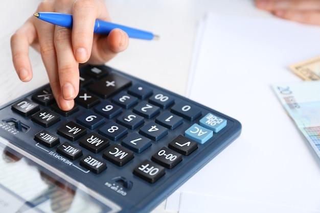 会計の概念。計算機を使用した財務レポートの分析