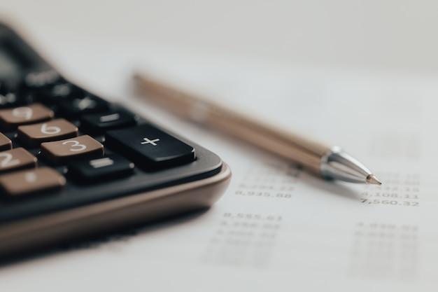 회계 개념입니다. 책상에 회계 보고서와 재무제표가 있는 비즈니스 계산기.