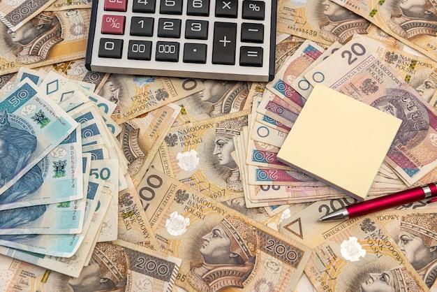회계 개념-계산기 펜 및 메모와 함께 폴란드어 즐 로티 지폐