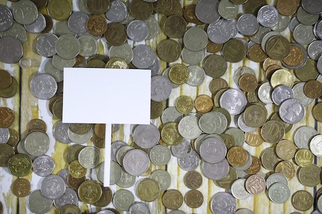 바닥에 유리 항아리에 쌓인 누적된 동전