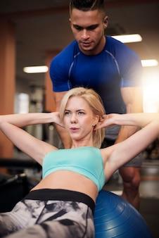 체육관에서 정확한 윗몸 일으키기