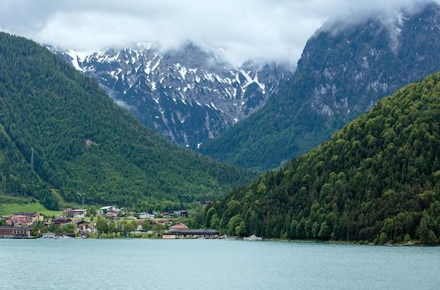 흐린 하늘과 산 위에 눈이있는 achensee (achen 호수) 여름 풍경 (오스트리아)
