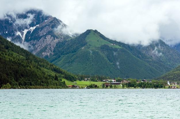 흐린 하늘 (오스트리아)와 achensee (achen 호수) 여름 풍경