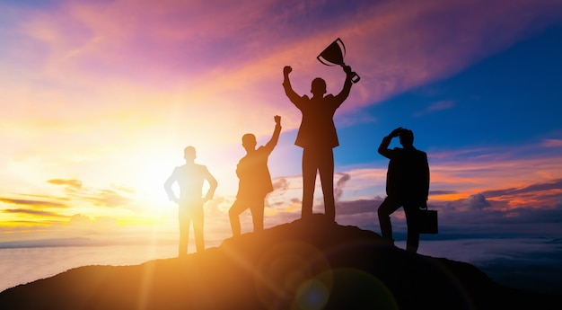 達成とビジネス目標の成功の概念-ビジネスの成功の達成のために与える従業員の報酬を示すアイコングラフィックインターフェイスを持つ創造的なビジネスマン。