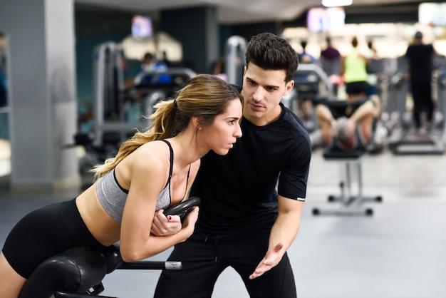 업적 근육 체육관 남자 활성