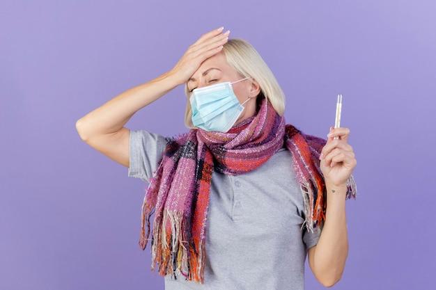 Dolorante giovane bionda malata donna slava che indossa sciarpa e maschera medica