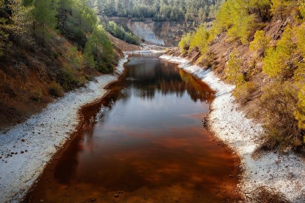 키프로스 버려진 구리 광산 현장의 산성 광산 배수