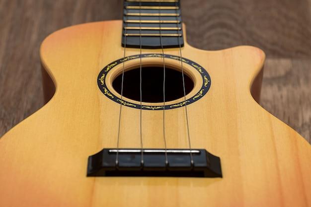 어쿠스틱 기타를 닫습니다. 갈색 배경에. 악기. 확대.