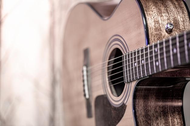 아름 다운 컬러 배경에 어쿠스틱 기타입니다. 현악기의 개념.