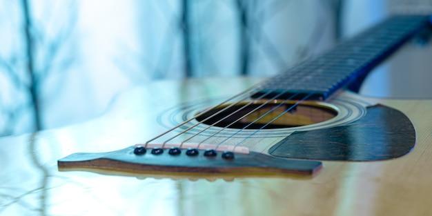 아름다운 색깔의 벽에 어쿠스틱 기타. 현악기의 개념.