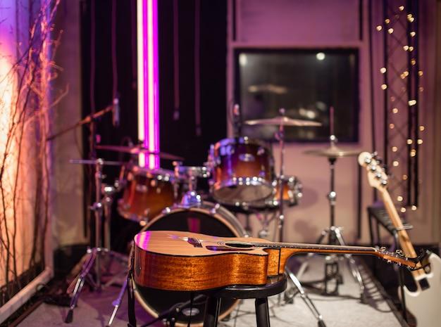 Акустическая гитара на студии звукозаписи. комната для репетиций музыкантов.