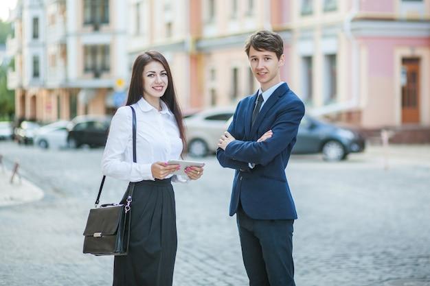 ビジネスマンの実業家の知人とコミュニケーション