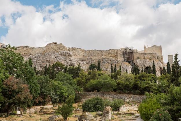 フィロパポスの丘から見たアテネのアクロポリス。ギリシャの頂上から街を見下ろす