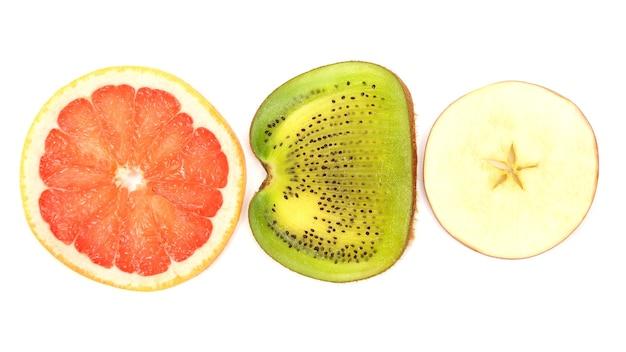 흰색 배경에 얇게 썬 키위, 사과, 자몽을 가로질러. 과일의 유용한 비타민 식품