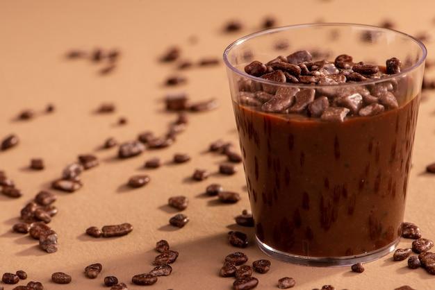Акриловая чашка с бригадейру и шоколадной крошкой на коричневом фоне