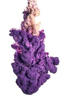 Акриловые чернила в воде. всплеск пурпурной и золотой краски. цвет абстрактного фона