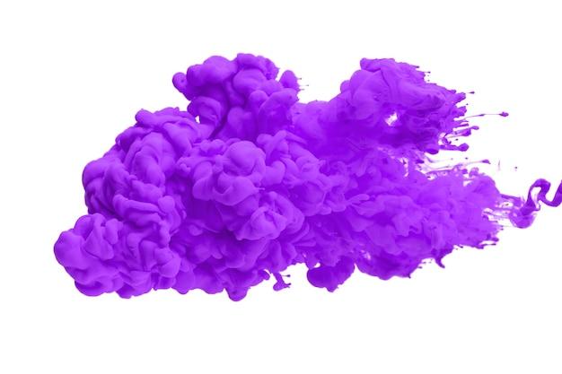 Акриловые чернила в воде образуют абстрактный дым на белом