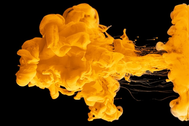 Акриловые чернила в воде образуют абстрактный узор дыма на черном фоне