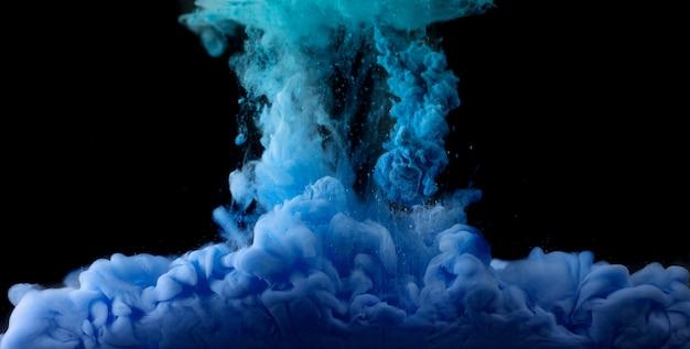 Акриловая разноцветная краска в воде на черном фоне