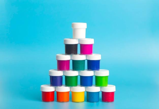 파란색 바탕에 다양 한 색상의 아크릴 페인트. 페인팅 용 페인트.