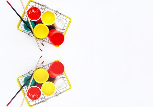 Акриловая краска на светлом фоне для детского творчества в металлических машинах из двух частей