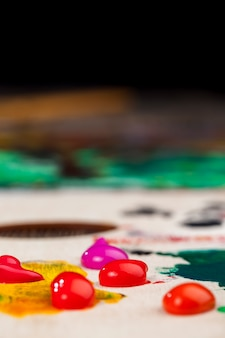 創造的な描画のためのアクリル絵の具、アクリル絵の具を使用して描く創造的なプロセス、絵を描くためのアクリル絵の具のチューブ