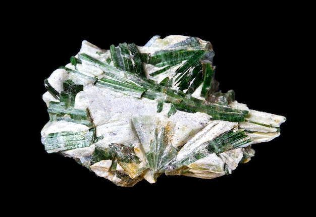 검정색 배경에 분리된 활석 보석의 악티노라이트