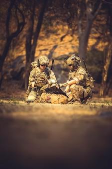 アクションアメリカ軍の攻撃攻撃黒迷彩戦闘コマンド紛争民主主義劇的な戦闘力ゲームグループガードガンガンマンヘルメットマシンマシンガンミリタリー