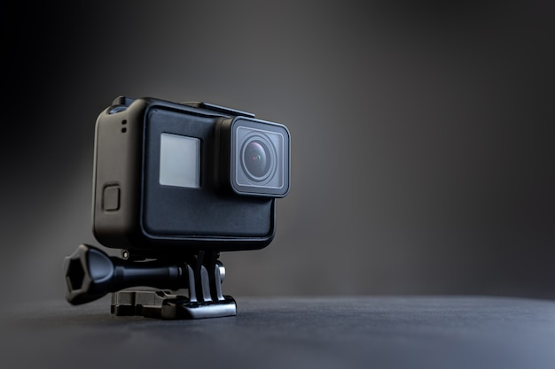 어두운 배경에 액션 카메라