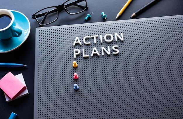 책상 테이블에 텍스트가있는 행동 계획 텍스트. 성공 개념 아이디어에 대한 비즈니스 관리 동기 부여