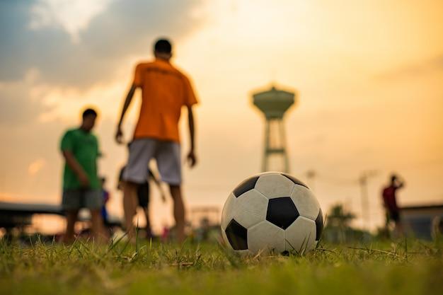 サッカーをする子供たちのアクションスポーツ