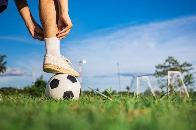 Экшн-спорт на открытом воздухе мальчиков, весело играя в футбол для упражнений.