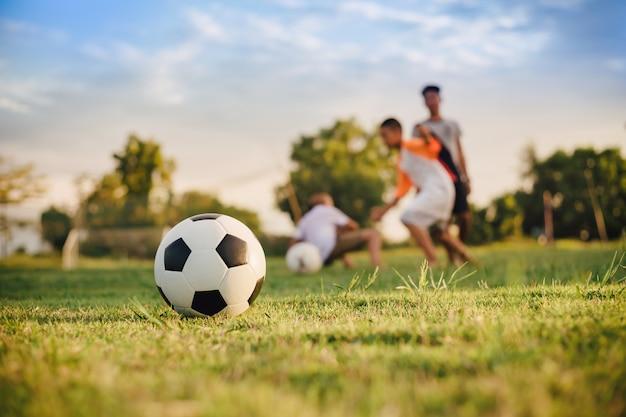 Активный спорт на открытом воздухе дети веселятся в футбол