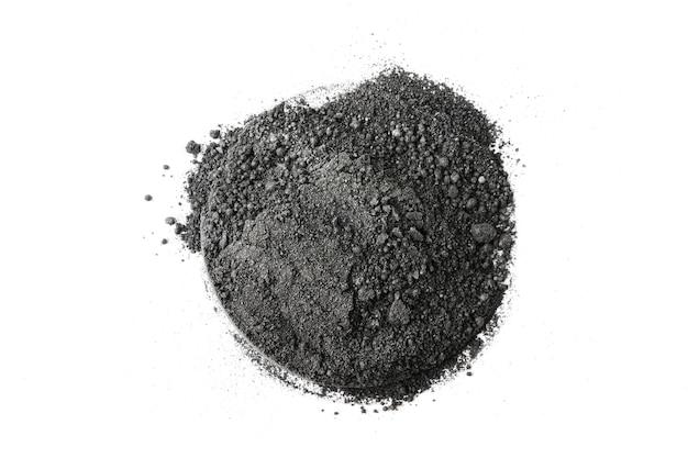 Активированный угольный порошок на белом фоне