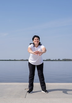 강변 근처 운동 적극적이고 행복 한 고위 여자