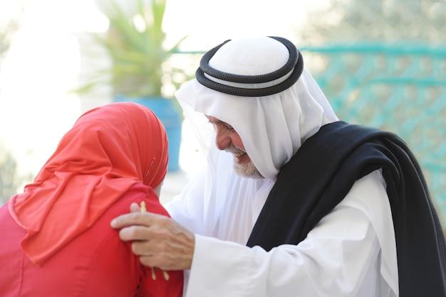 실제 생활에서 포즈를 취하는 활동적인 아랍 사람들