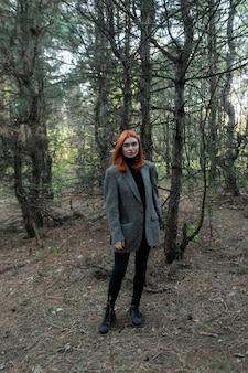 Активная красивая рыжеволосая девушка гуляет по лесу. красивая девушка весной, классная модель, молодой сексуальный взрослый, девушка в лесу, смотрит в камеру, на улице, длинные волосы, случайная студентка