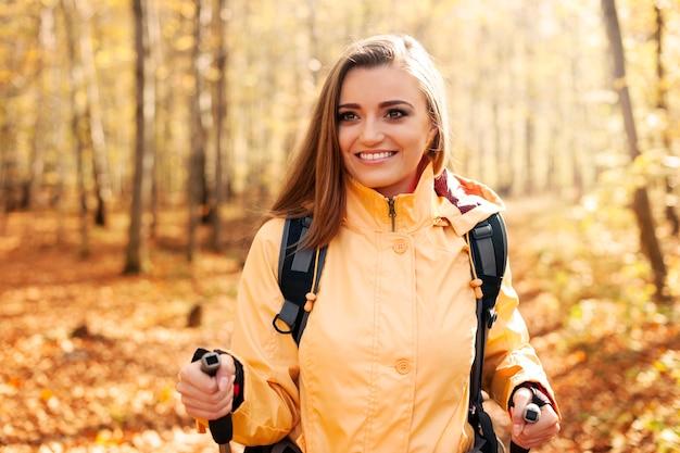 Bella donna attiva che fa un'escursione in autunno