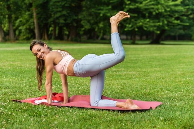 야외에서 훈련하는 활동적인 아름다운 여성