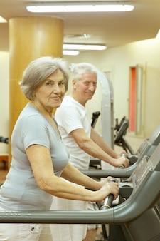 체육관에서 운동하는 활동적인 귀여운 노부부
