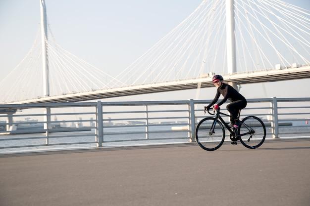 街のウォーターフロントでのアクティブなサイクリングトレーニング
