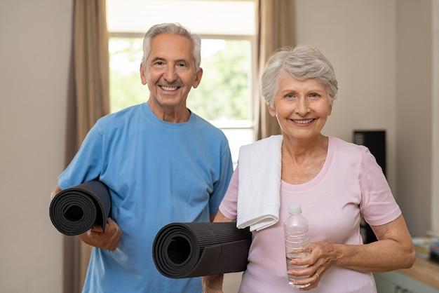 ヨガの準備ができてアクティブな老夫婦