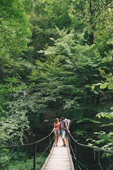 自然の背景にキャリアで15歳の子供とアクティブな家族のハイキングスロベニアトルミン