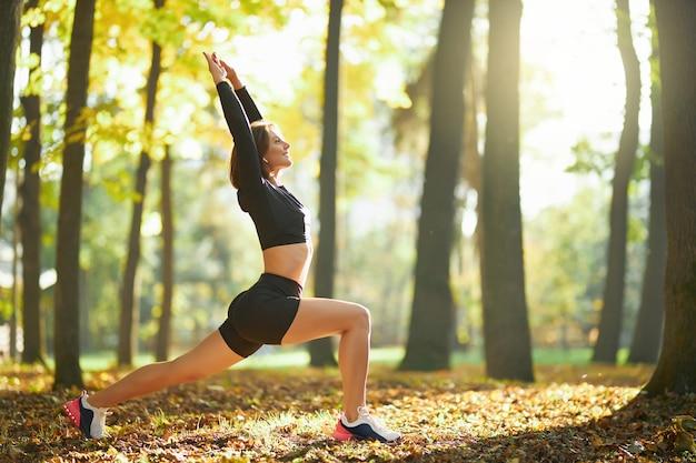 야외에서 몸을 스트레칭하는 활동적인 여성