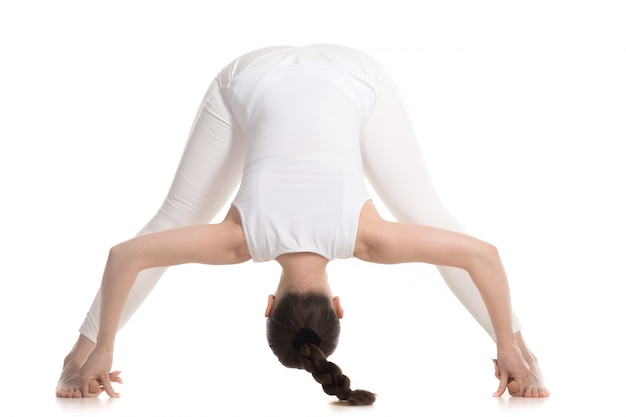 Активные упражнения гибкость девушка делает