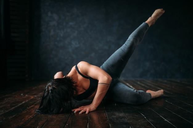 ダンスクラスでの活発な体操、軽蔑。スタジオでのコンテンポラリーダンス