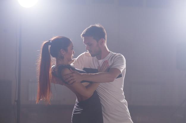 댄스 수업에서 함께 바차타를 춤추는 활동적인 행복한 성인